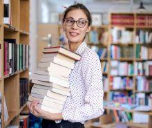 Bibliotecaria trabajando en una biblioteca con libros